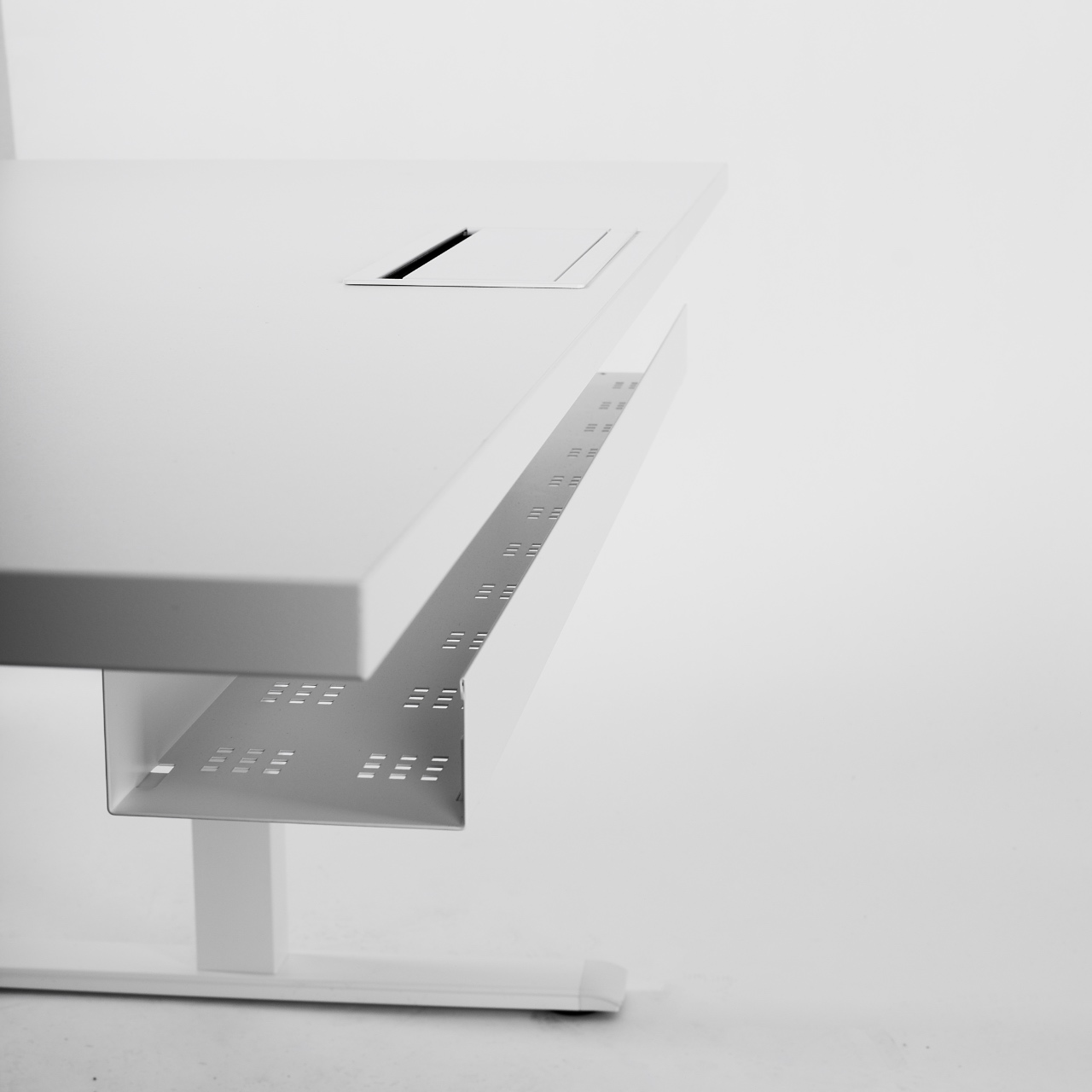 LLaidų nuvedimo kanalas || Biuro baldai || Biuro stalas || Pakeliamas stalas || Darbo kėdės